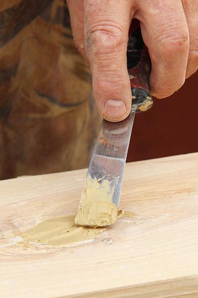 preparation-bois-reconstituant-reboucher-bois-liberon-application