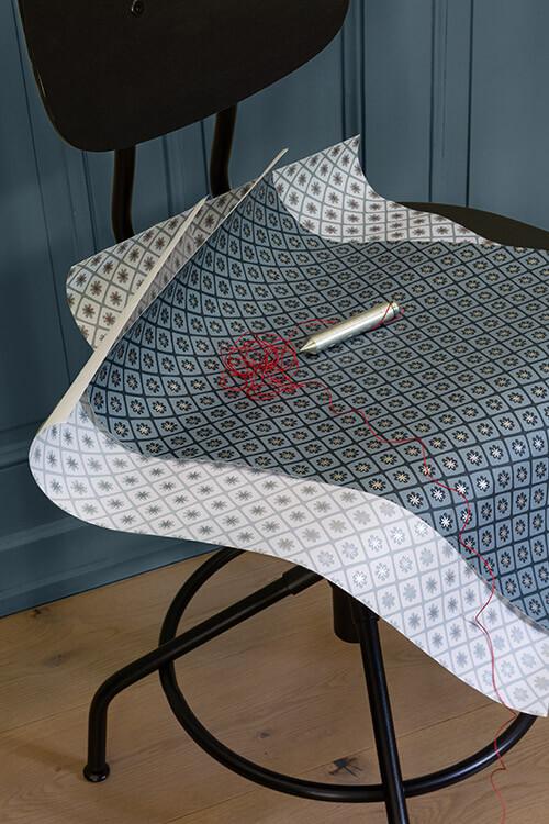 papier-peint-maitre-domino-velours-de-papier-liberon-photo-ambiance